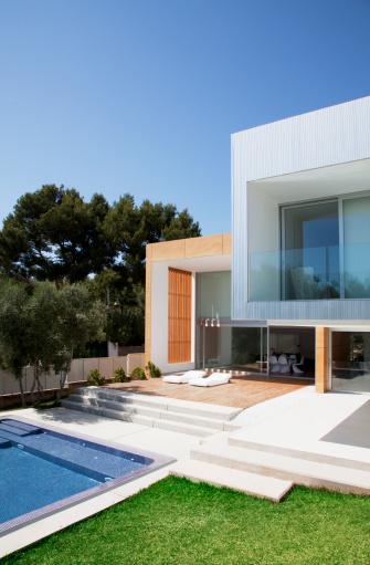Vertical「Pool outside modern house」:スマホ壁紙(4)