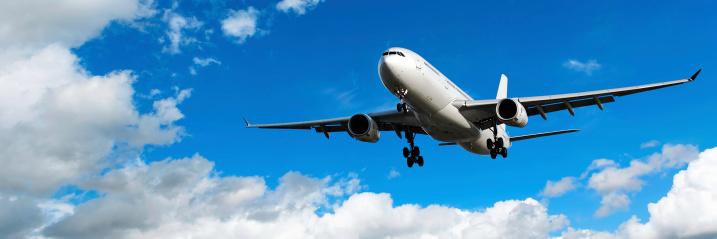 Approaching「jet airplane landing in bright sky」:スマホ壁紙(4)