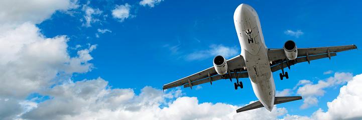 Approaching「jet airplane landing in cloudy sky」:スマホ壁紙(4)