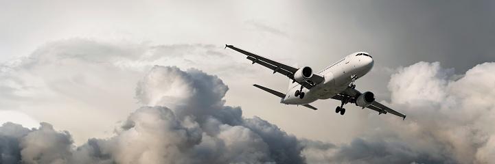 Approaching「XXXL jet airplane landing in storm」:スマホ壁紙(13)