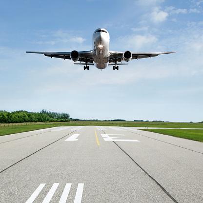 Airport Runway「XL jet airplane landing on runway」:スマホ壁紙(19)