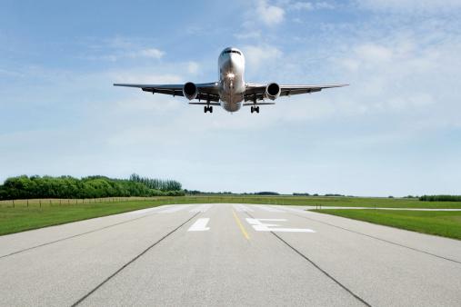 Approaching「XL jet airplane landing on runway」:スマホ壁紙(0)