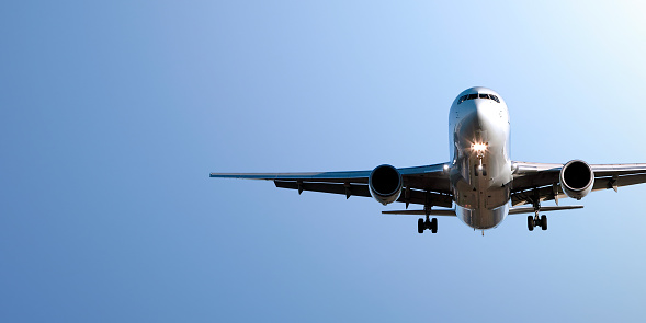 Commercial Airplane「jet airplane landing in blue sky」:スマホ壁紙(13)