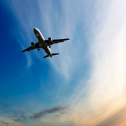 Commercial Airplane「jet airplane landing at dusk」:スマホ壁紙(13)