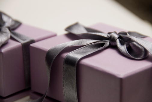 Giving「Lavender gift box with a dark purple satin bow」:スマホ壁紙(13)
