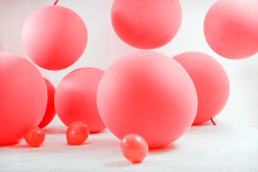 Balloon「Children playing with big red ballons 」:スマホ壁紙(12)