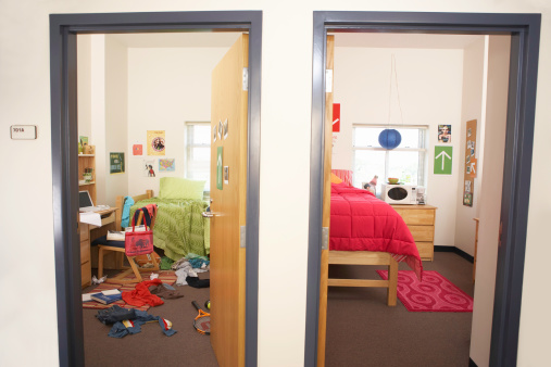 Contrasts「One messy and one neat college dorm rooms」:スマホ壁紙(17)