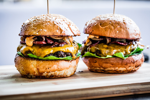 Cheeseburger「Freshly flame grilled bacon cheese burgers in a row」:スマホ壁紙(12)