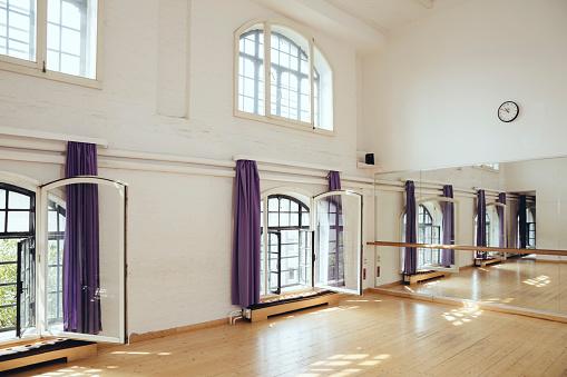 Exercise Room「Empty dance studio」:スマホ壁紙(16)