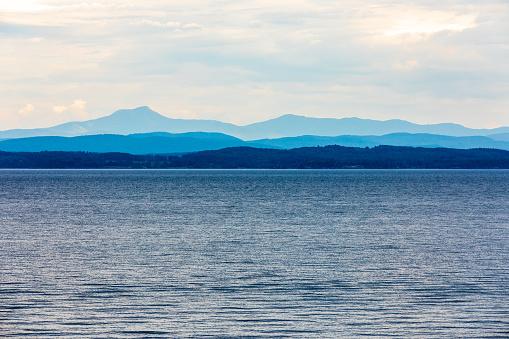 グリーン山脈「シャンプレーン湖」:スマホ壁紙(1)