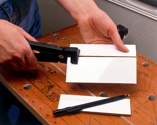 Cutting「Tiling in progress Cutting tiles」:写真・画像(15)[壁紙.com]