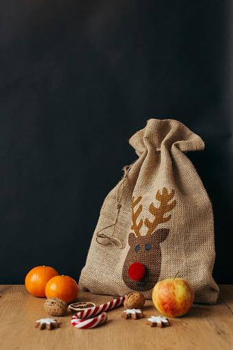 reindeer「Gunny bag, fruits, candy cane, walnuts and cinnamon stars」:スマホ壁紙(10)