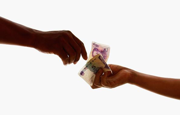 Two People「China Scraps Yuan Peg To U.S. dollar」:写真・画像(3)[壁紙.com]