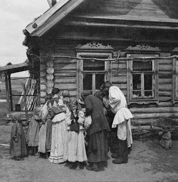 1900「Gathering Under Window Of Log House」:写真・画像(19)[壁紙.com]