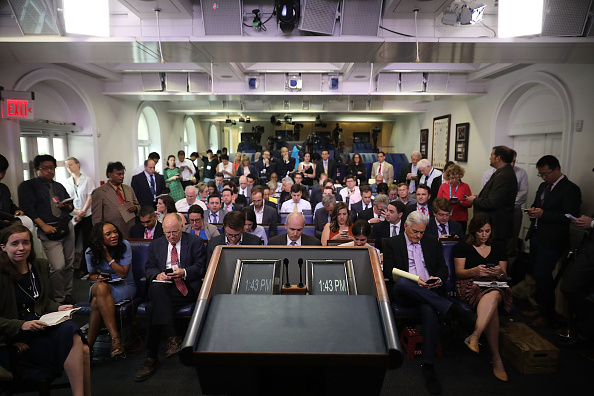 Large Group Of People「White House Continues New Practice Of Holding Daily Press Briefings Off Camera」:写真・画像(10)[壁紙.com]
