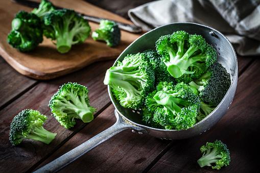 Broccoli「Broccoli in an old metal colander」:スマホ壁紙(3)