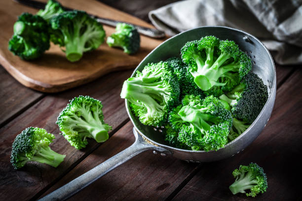 Broccoli in an old metal colander:スマホ壁紙(壁紙.com)