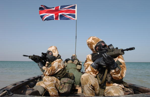 British Military「British soldiers wearing scuba mask holding rifles on boat, Union Jack flag in background」:写真・画像(0)[壁紙.com]