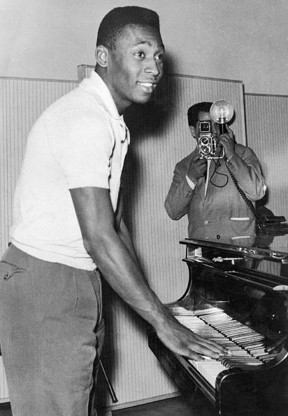 Sports Activity「Pele Plays Piano」:写真・画像(4)[壁紙.com]