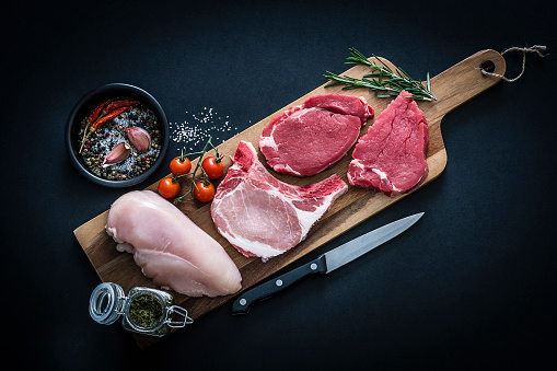 Fillet Steak「Raw meat assortment - Beef, chicken and pork chops shot from above on dark background」:スマホ壁紙(14)