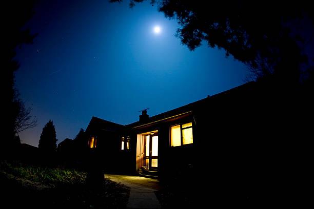 Moonlit house:スマホ壁紙(壁紙.com)