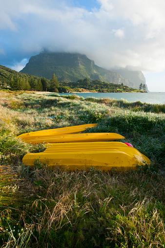 ゴア山「Canoes before Mount Lidgbird and Mount Gower on Lord Howe Island, New South Wales, Australia」:スマホ壁紙(1)