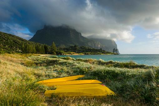 ゴア山「Canoes before Mount Lidgbird and Mount Gower on Lord Howe Island, New South Wales, Australia」:スマホ壁紙(5)