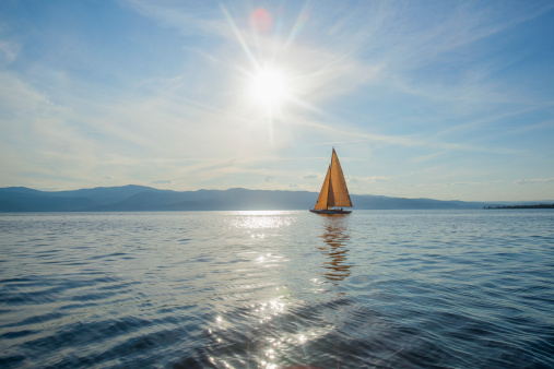 Sailing「USA, Montana, Flathead Lake, Tranquil scene with sailboat」:スマホ壁紙(8)