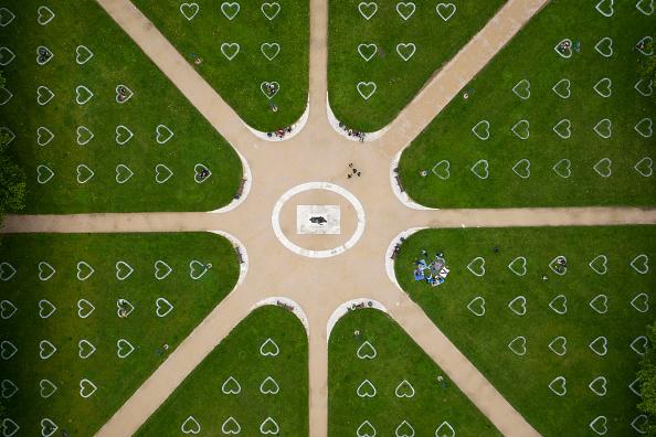 Bestpix「Distanced Hearts For Socialising Appear In Bristol Park」:写真・画像(14)[壁紙.com]