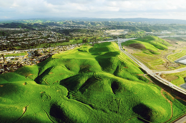 Hill「An aerial view over the green rolling hills in Chino Hills, California」:写真・画像(18)[壁紙.com]