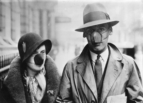 Flu Virus「A couple wearing masks with disinfecting cotton wool, in order to protect themself against a flu infection, England, Photograph, Oct, 14th 1932」:写真・画像(16)[壁紙.com]