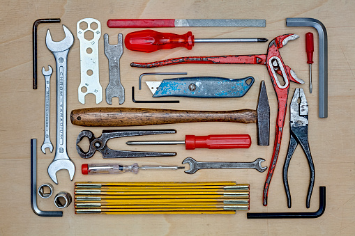 Knolling - Concept「Various tools arranged on a wooden table top (top view)」:スマホ壁紙(11)