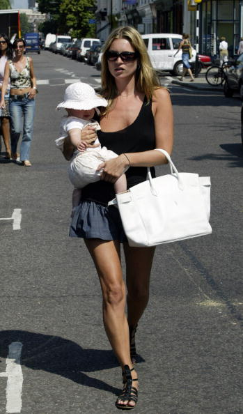 Skirt「Kate Moss And Her Baby Daughter Lola Together」:写真・画像(0)[壁紙.com]