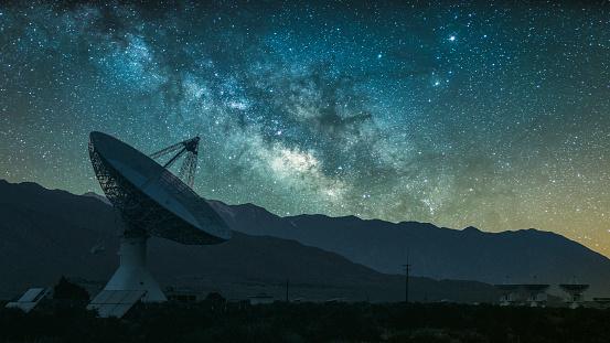 Star - Space「Radio telescope against rising Milky Way」:スマホ壁紙(2)
