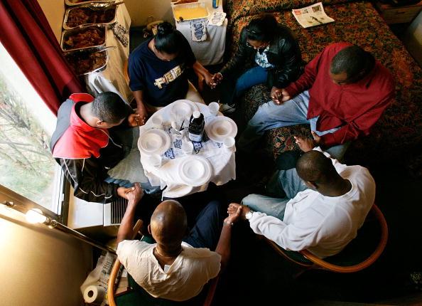 Dinner「Katrina Evacuees Spend Thanksgiving Away From Home」:写真・画像(14)[壁紙.com]