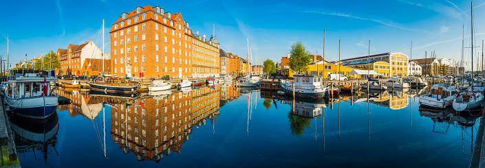 Danish Culture「Copenhagen Christianshavn harbour quayside marina boats warehouse apartments panorama Denmark」:スマホ壁紙(17)