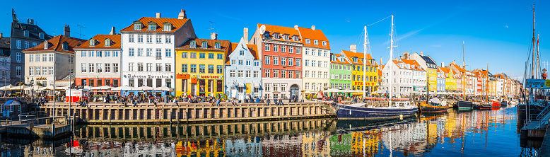 Denmark「Copenhagen Nyhavn panorama city crowds enjoying sunshine restaurants bars Denmark」:スマホ壁紙(0)
