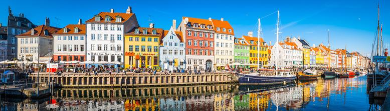 Denmark「Copenhagen Nyhavn panorama city crowds enjoying sunshine restaurants bars Denmark」:スマホ壁紙(0)