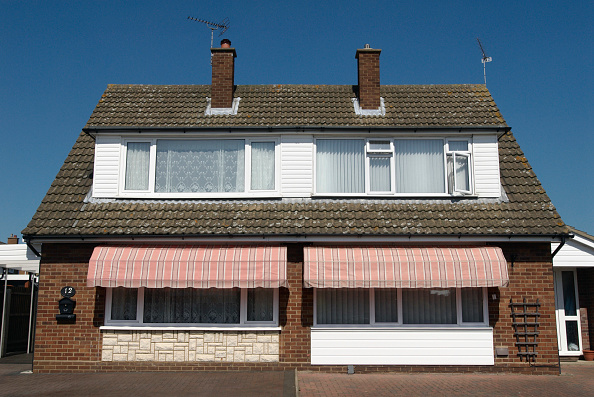 Bungalow「Outdoor sun blinds on housing, Ipswich, United Kingdom」:写真・画像(8)[壁紙.com]