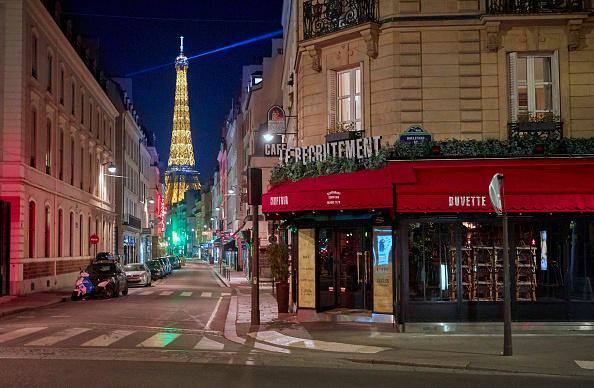 エッフェル塔「Before And After: Paris Amid Coronavirus Curfew」:写真・画像(17)[壁紙.com]