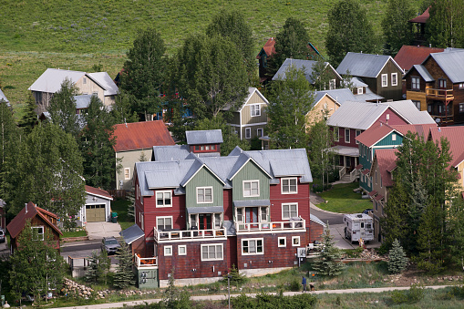 Inexpensive「Affordable neighborhood of mountain homes」:スマホ壁紙(5)