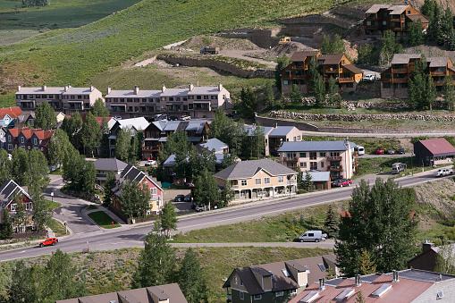 Inexpensive「Affordable neighborhood of mountain homes」:スマホ壁紙(2)