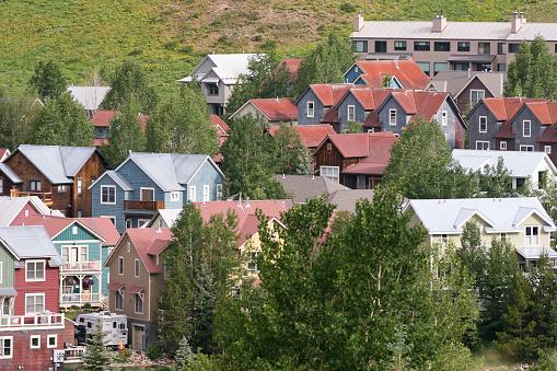 Inexpensive「Affordable neighborhood of mountain homes」:スマホ壁紙(6)