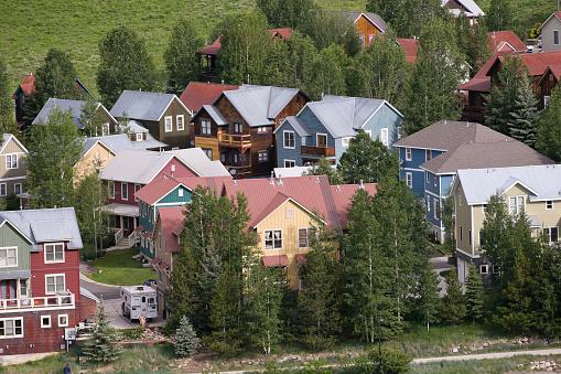 Inexpensive「Affordable neighborhood of mountain homes」:スマホ壁紙(7)