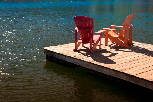 Pier「Adirondack chairs on a dock」:スマホ壁紙(12)