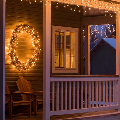 Deck Chair「Fairy lights and Christmas wreath on house」:スマホ壁紙(19)