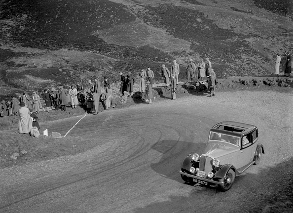 Hairpin Curve「Rover 4-door saloon of WA Gilmour at the RSAC Scottish Rally, Devil's Elbow, Glenshee, 1934」:写真・画像(8)[壁紙.com]
