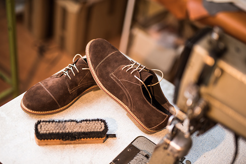 Sewing「Beautiful custom made leather shoes next to sewing machine.」:スマホ壁紙(9)
