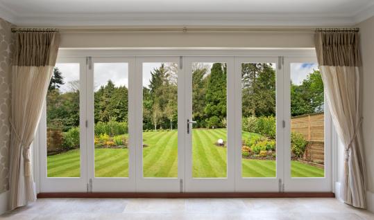 並んでいる「折り畳み式ドアで、美しい庭園の眺め」:スマホ壁紙(1)