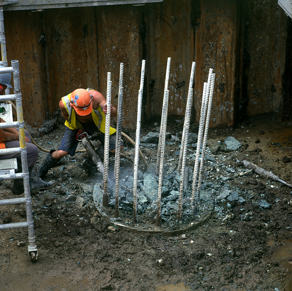 Hardhat「Breaking out reinforced concrete using pneumatic drills」:写真・画像(18)[壁紙.com]